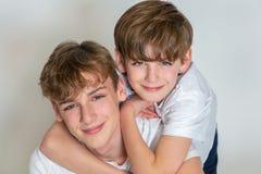 Счастливые братья детей мальчика усмехаясь совместно стоковое изображение