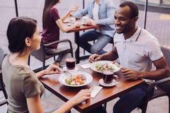 Счастливые веселые пары связывая на кафе Стоковая Фотография
