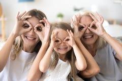 Счастливые внучка, мать и бабушка ребенк имея toget потехи стоковое фото rf