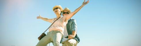 Счастливые вскользь пары идя для велосипеда едут на пристани Стоковые Изображения