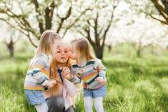 Счастливые двойные дети сестер Стоковое Фото