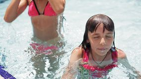 Счастливые девочка-подростки делают заплыв и ныряют в бассейне и показывают большие пальцы руки вверх акции видеоматериалы