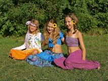 Счастливые девушки в лужке Стоковая Фотография