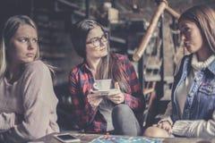 Счастливые девушки играя настольную игру и имея серьезное conversa Стоковая Фотография