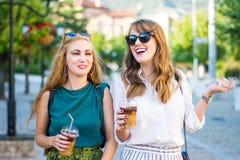 Счастливые девушки идя вокруг города Стоковое Изображение