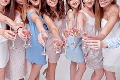 Счастливые девушки имея потеху выпивая с шампанским на партии Концепция ночной жизни, партии bachelorette, куриц-партийной стоковые изображения