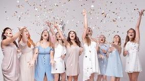 Счастливые девушки имея потеху выпивая с шампанским на партии Концепция ночной жизни, партии bachelorette, куриц-партийной стоковые изображения rf