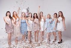 Счастливые девушки имея потеху выпивая с шампанским на партии Концепция ночной жизни, партии bachelorette, куриц-партийной стоковое изображение rf