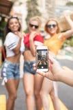 Счастливые девушки имея потеху в Монте-Карло, временя Стоковое фото RF