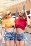 Счастливые девушки имея потеху в Монте-Карло, временя Стоковые Изображения RF