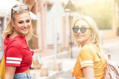 Счастливые девушки имея потеху в Монте-Карло, временя Стоковое Изображение
