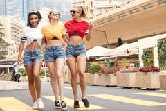 Счастливые девушки имея потеху в Монте-Карло, временя Стоковое Изображение RF