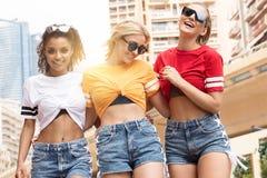Счастливые девушки имея потеху в Монте-Карло, временя Стоковая Фотография RF