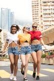 Счастливые девушки имея потеху в Монте-Карло, временя Стоковые Фото