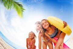 Счастливые девушки имея потеху на экзотическом пляже в лете Стоковые Изображения