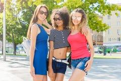 Счастливые девушки имея потеху пока идущ в городе Стоковое фото RF