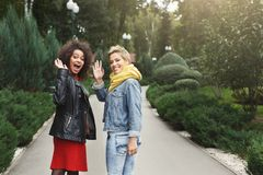 Счастливые девушки имея потеху пока идущ в парке Стоковое Изображение RF