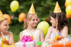 Счастливые девушки на вечеринке по случаю дня рождения на саде лета Стоковые Фото