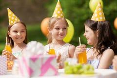 Счастливые девушки на вечеринке по случаю дня рождения на саде лета Стоковое Фото