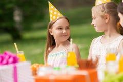 Счастливые девушки на вечеринке по случаю дня рождения на саде лета Стоковое фото RF