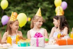 Счастливые девушки на вечеринке по случаю дня рождения на саде лета Стоковые Изображения RF
