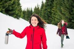 Счастливые девушки на пешем отключении на снежной горе Стоковое фото RF