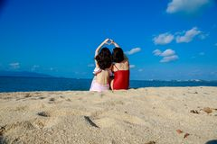 Счастливые девушки на пляж-хорошем друге стоковые фотографии rf