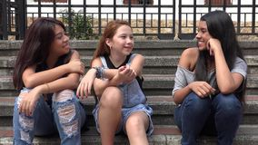 Счастливые девушки подростка сидя совместно Стоковые Изображения RF
