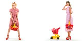 Счастливые девушки покупок с полной тележкой винтажные женщины домохозяйки идя сделать оплату в супермаркете сбережения на приобр стоковое изображение