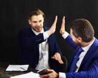 Счастливые деловые партнеры празднуют вклады стоковые фото