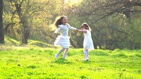 Счастливые дети в парке акции видеоматериалы