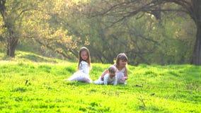 Счастливые дети в парке сток-видео