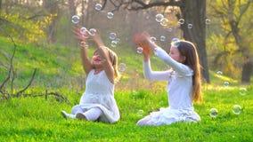Счастливые дети в парке видеоматериал