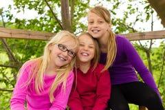 Счастливые дети в саде и смехе стоковое изображение
