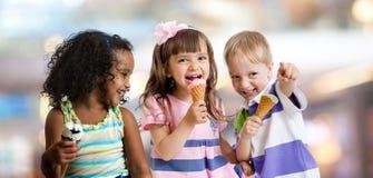 Счастливые дети есть мороженое на партии в кафе Стоковые Фотографии RF
