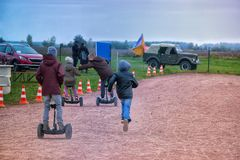 Счастливые дети ехать на hoverboards или gyroscooters стоковые изображения rf