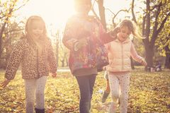 Счастливые дети играя в парке Стоковые Изображения