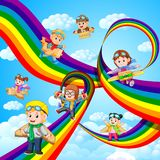 Счастливые дети играя летание картона плоское над радугой бесплатная иллюстрация