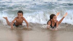 Счастливые дети играя на море видеоматериал