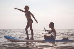 Счастливые дети играя на пляже на времени дня Стоковое Изображение