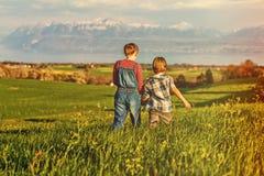 Счастливые дети играя снаружи Стоковое Фото