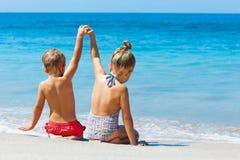 Счастливые дети имеют потеху в летнего лагеря на каникулах пляжа Стоковое Фото