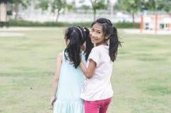 Счастливые дети имеют потеху в парке внешнем Стоковые Фотографии RF
