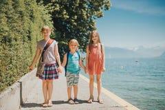 Счастливые дети имея потеху outdoors Стоковое Изображение RF