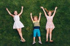 Счастливые дети имея потеху outdoors Стоковые Фотографии RF