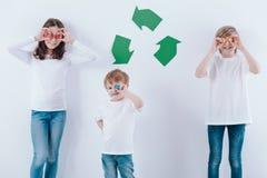 Счастливые дети с красочными пробочками стоковые фотографии rf
