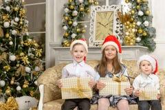 Счастливые дети с подарками на рождество Стоковое Изображение RF