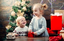 Счастливые дети babette Подарок детей Концепция рассказа рождества Дети Нового Года Дети рождества Счастливые небольшие дети в sa стоковое изображение