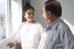 Счастливые достигшие возраста пары в гостиничном номере стоковое фото rf