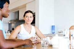 Счастливые друзья говоря и выпивая кофе и чай Стоковые Фото